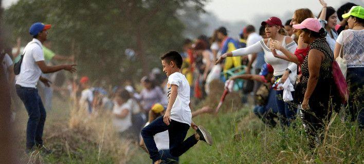 Βενεζουέλα  Κυβερνητικές δυνάμεις άνοιξαν πυρ στα σύνορα -Μια νεκρή a079a633852